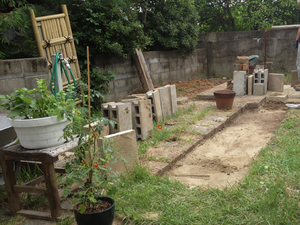 敷石のために掘り込んだ地面