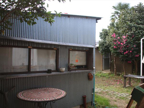 トタン外壁の作業小屋