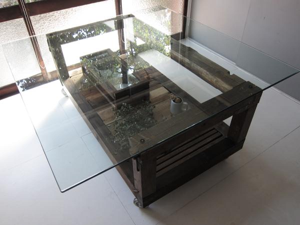 ガラスと古材のテーブル