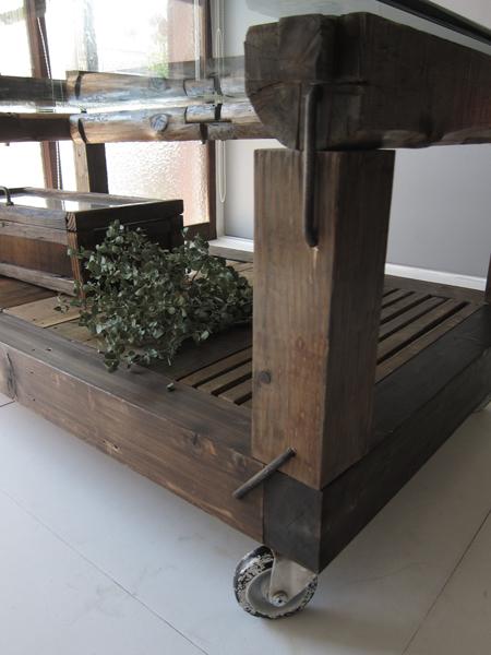 古材のテーブル