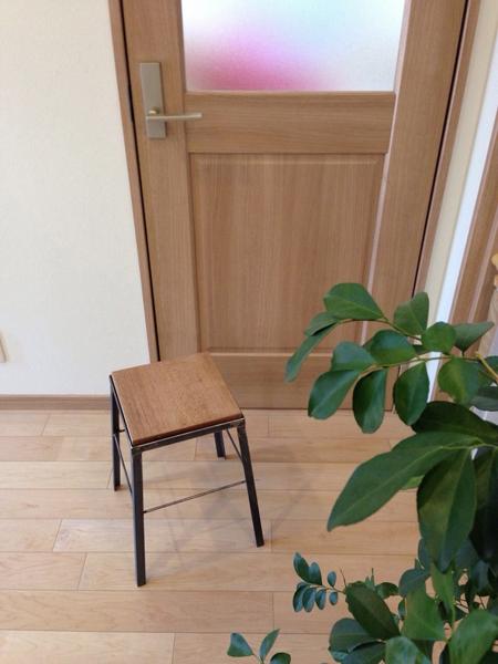 玄関においた鉄脚のインダストリアルなスツール