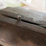 鉄の丸棒に穴を開ける