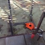 スツールの鉄脚を組立
