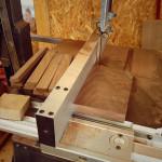 レンタル工房のバンドソーで木を切断