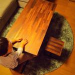 ウォルナットの子供用スツールとテーブル