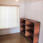 シンプルな部屋に鉄枠の本棚