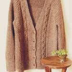 手編みのカーディガンとウォルナットハンガーとパイン材のスツール