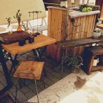 古材のテーブルやスツールなど