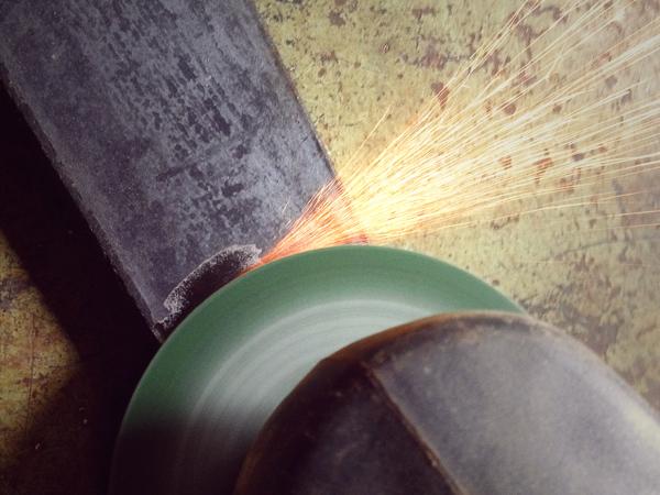 鉄脚をグラインダーで削る