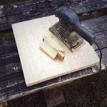 座面部分のタモ集成材をサンダーで研磨