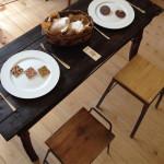 流木のテーブルやアイアンスツール