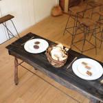 流木テーブルとアイアンスツールやベンチ