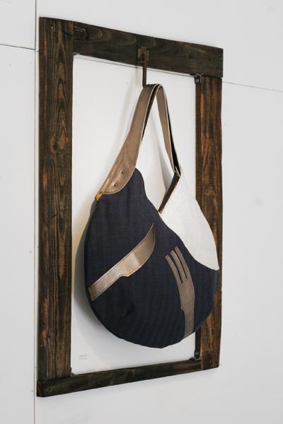 バッグ用の什器 古材とアイアンフックのフレーム