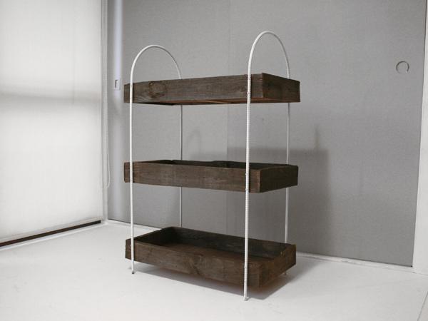 雑貨の陳列に便利な古材とアイアンの棚