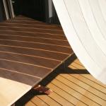 テーブルに落ちるおしゃれな日よけシェードの影2