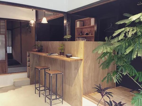 京都の町屋を改装した美容室 hut.のカウンター