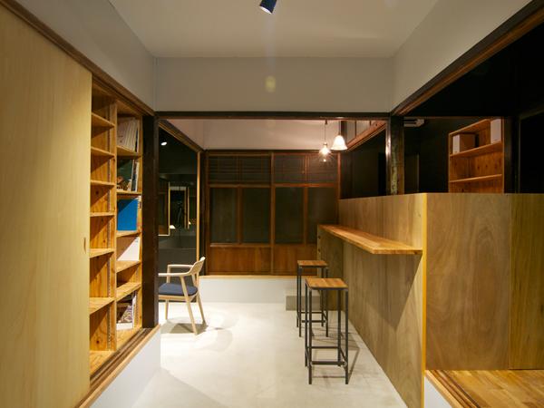 壁面に様々な書籍などもあって、待つ時間も楽しめそうなカウンター