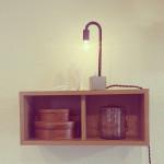 ウォールシェルフに置いた鉄と陶器の照明