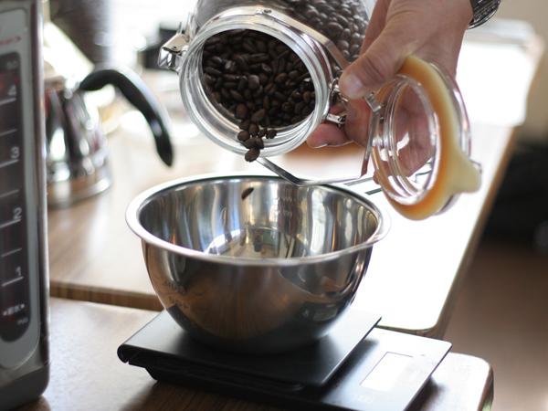 焙煎後のコーヒー豆を必要グラム数入れる