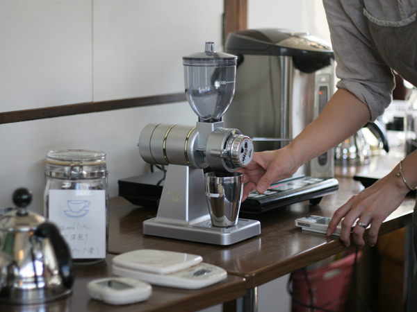 カリタ ナイスカットコーヒーミルで豆を挽く