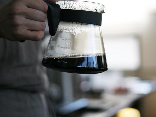 カリタのコーヒーサーバーを持つ手