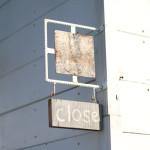 open/closeのアイアン枠の看板