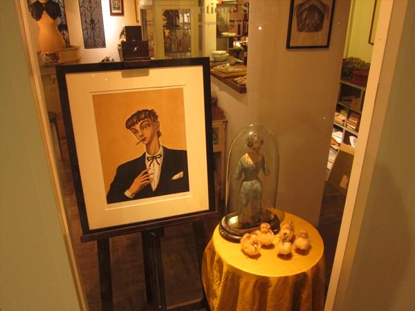 アンティーク・フランス雑貨 antique Salonのウインドウディスプレイ