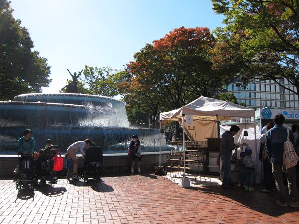 久屋大通公園の噴水とTetsu Mokuブース