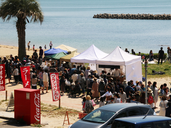 宮崎海水浴場にて開催された海辺百貨店vol.10の様子