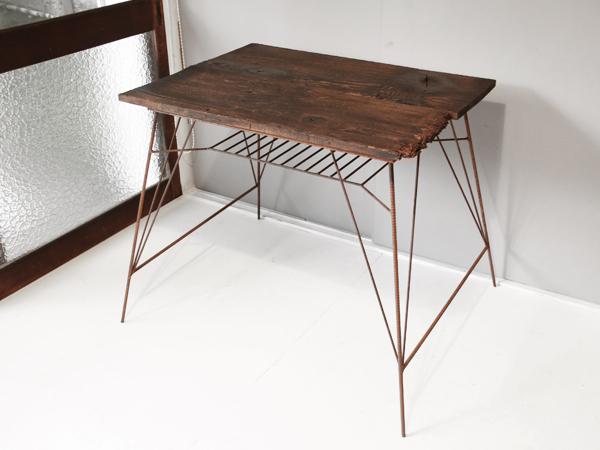 サビたアイアン脚のリビングテーブル