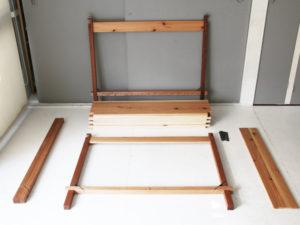 組立式テーブル脚を組む1