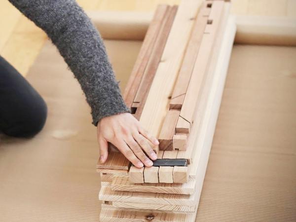 組立式テーブルのパーツを納品