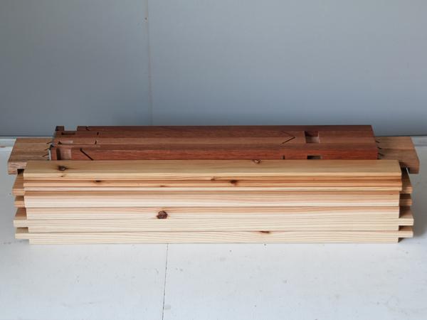 組立式テーブルのパーツを重ねた状態