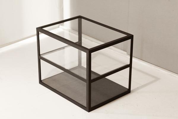 シンプルなアイアンとガラスのショーケース