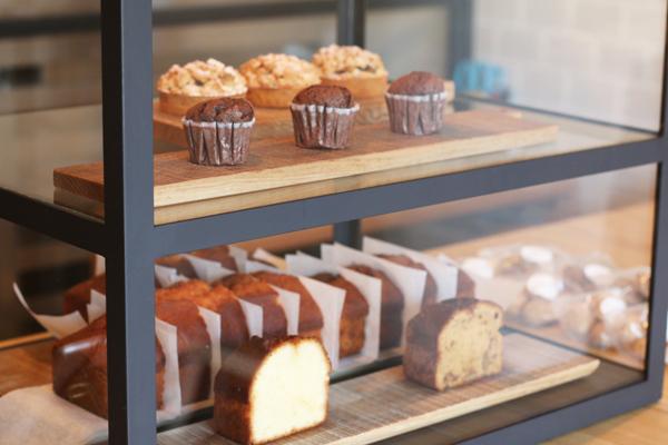 アイアンショーケースに並ぶタルトやパウンドケーキ