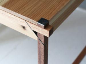 木と鉄の組立式テーブル コーナー部分アップ