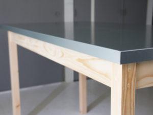 亜鉛引き鋼板と木のテーブル