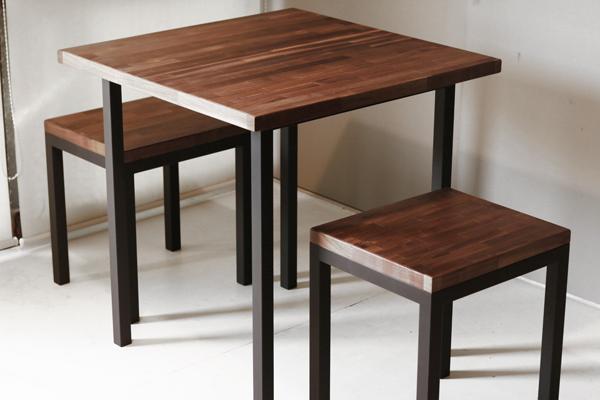 木とアイアンのテーブルとスツール