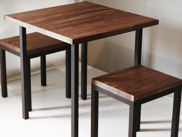 ウォルナット集成材のテーブルとスツール