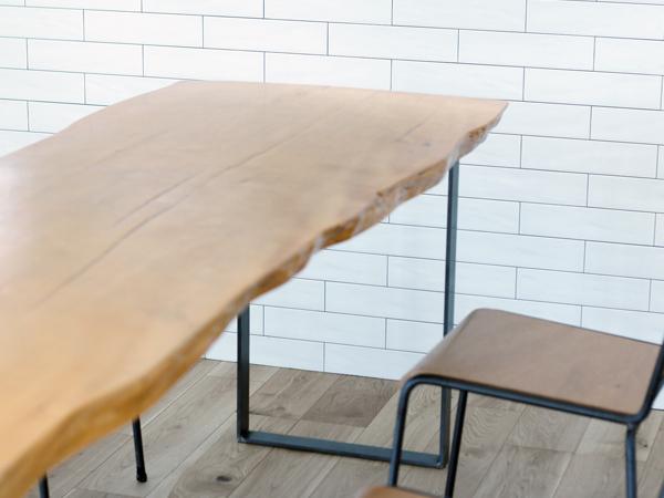 ダイニングテーブルのすっきりとしたシンプルな鉄脚
