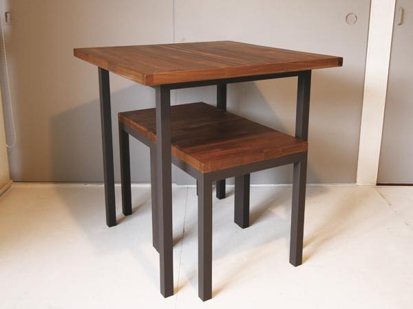 スツールがテーブル下にすっきり収納
