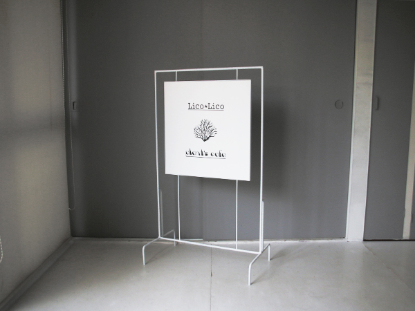シンプルで華奢なアイアンフレーム看板