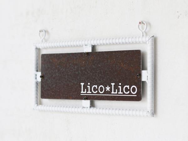 白いフレームにサビた盤面の看板