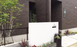 白い門柱と直物のおしゃれな外構