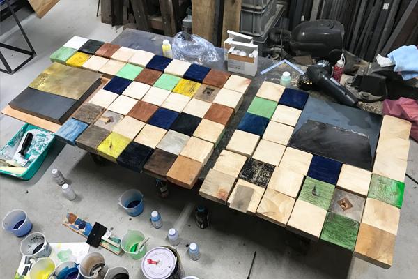 着色した木材ブロックを並べる