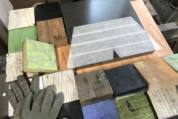 色々な表情を見せる木材ブロック