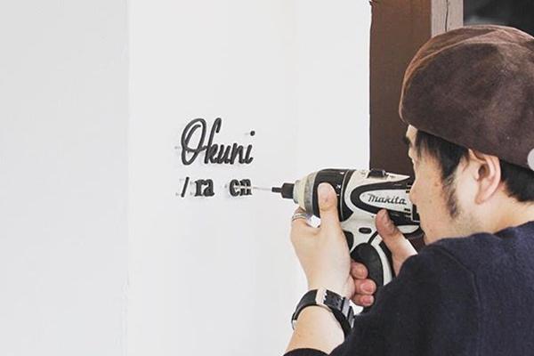 壁に穴を開けてDIYでサインを取付ける