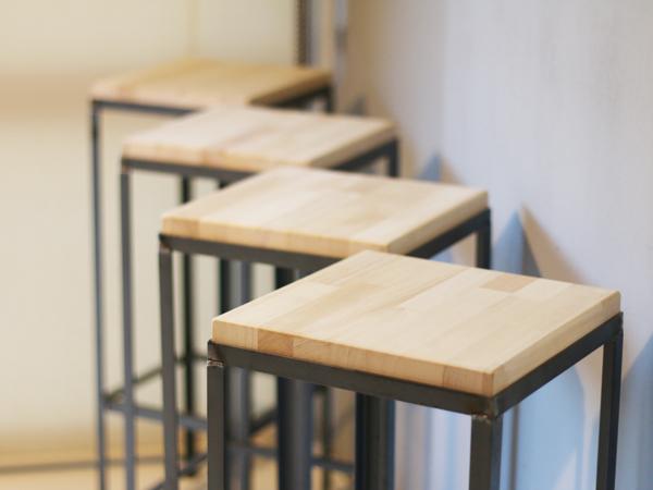 鉄脚と木のスツールが並ぶ様子