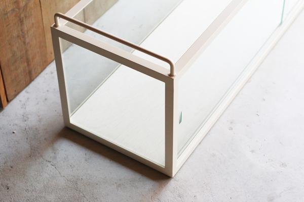 ショーケースの背面ガラス引戸