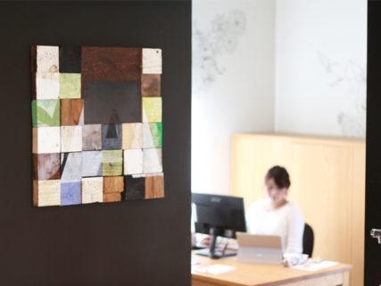 オフィスにある木と鉄のオブジェ
